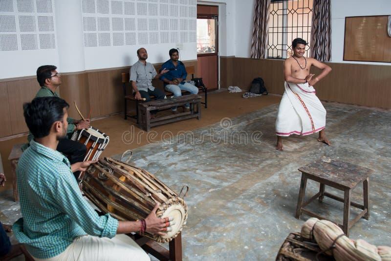 Lição de dança indiana clássica de Kathakali na colagem da arte na Índia fotografia de stock