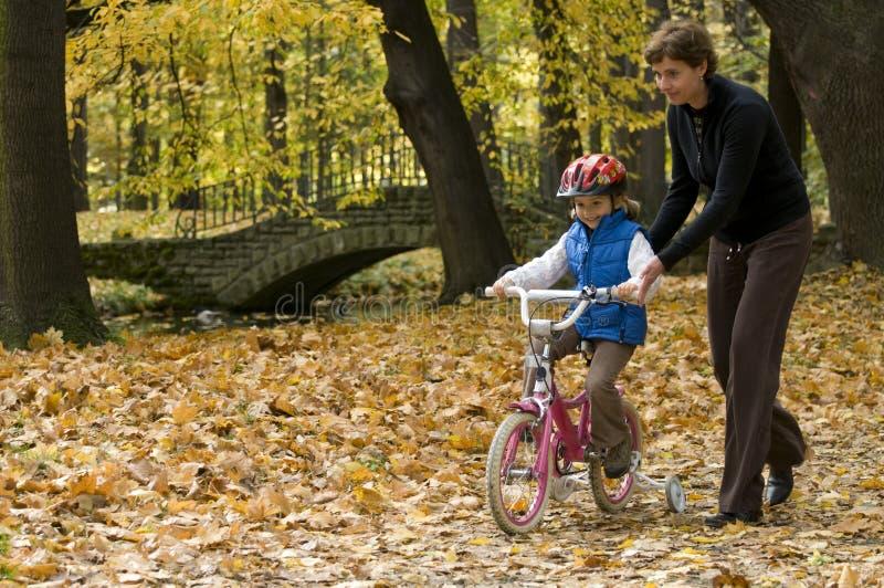 Lição de equitação da bicicleta foto de stock royalty free