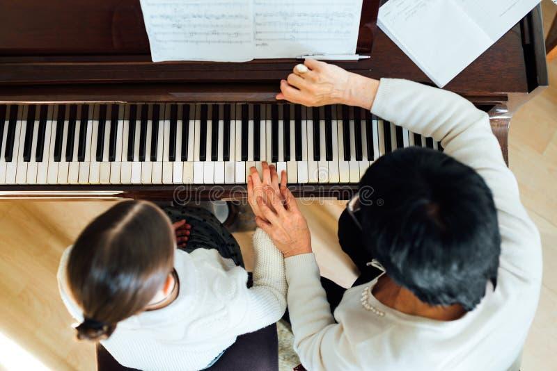 Lição de piano em uma escola de música fotografia de stock