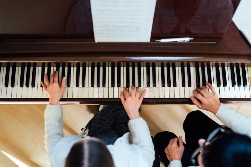 Lição de piano em uma escola de música fotografia de stock royalty free