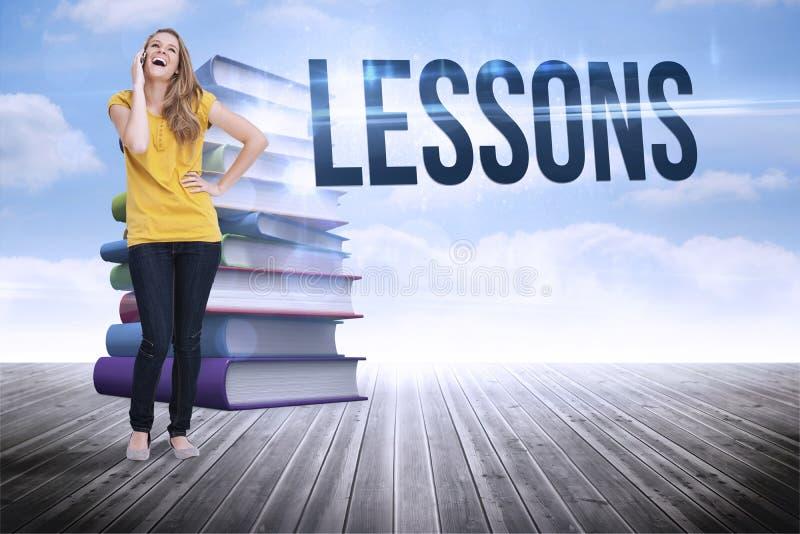 Lições contra a pilha de livros contra o céu fotos de stock