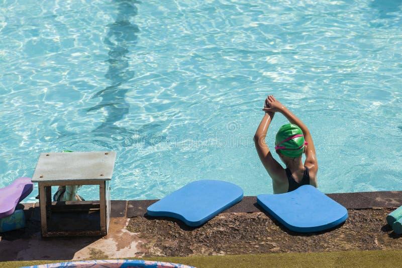 Lições da nadada da menina fotografia de stock