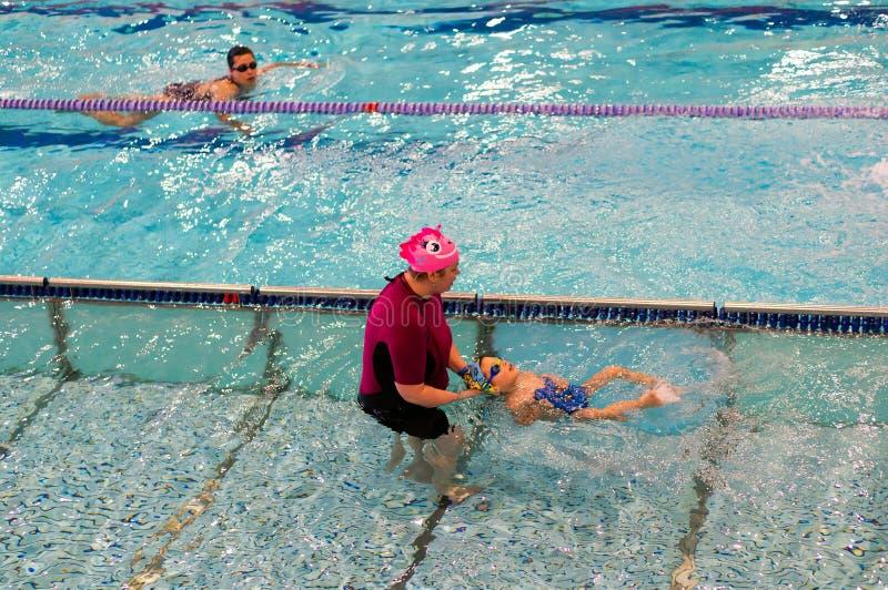 Lições da natação imagens de stock