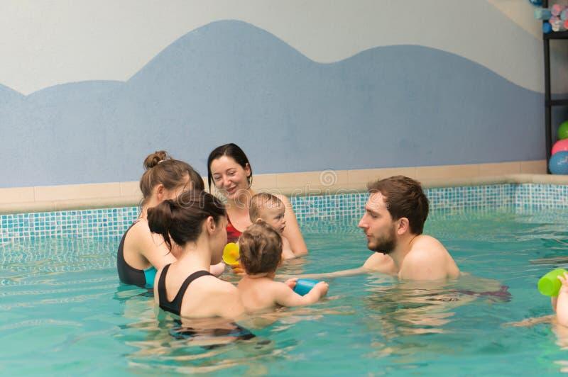 Lições da natação do bebê imagem de stock royalty free
