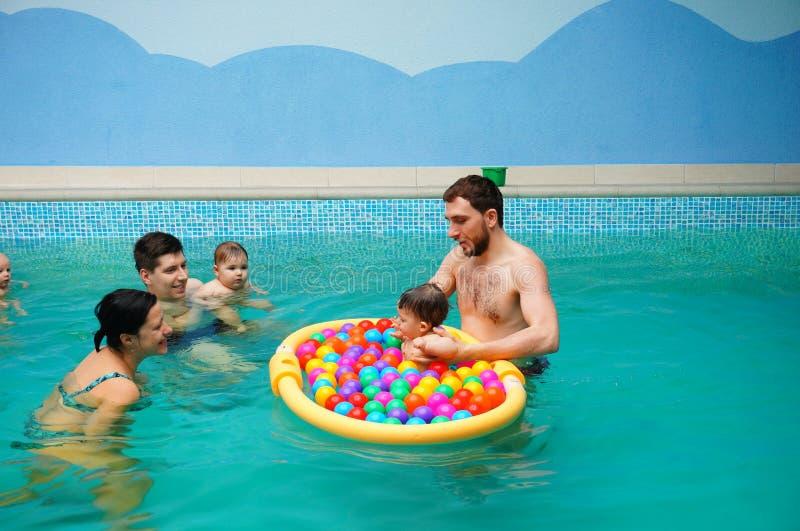 Lições da natação do bebê fotos de stock royalty free