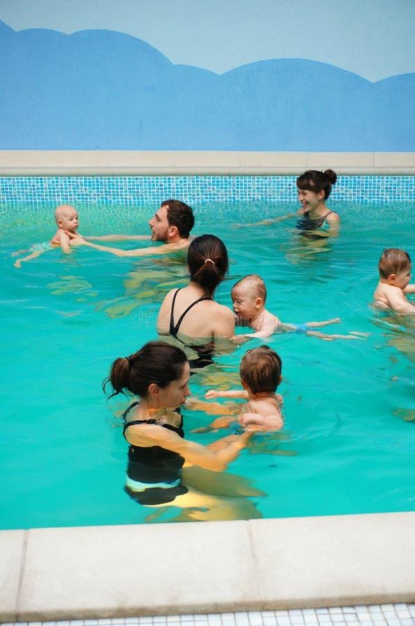 Lições da natação do bebê imagens de stock