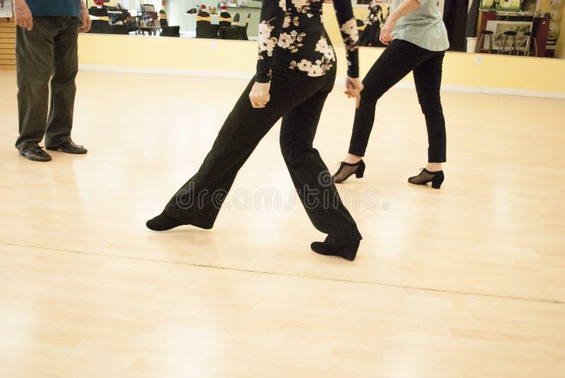 Lições de dança no estúdio Truques de dança no amarelo foto de stock royalty free