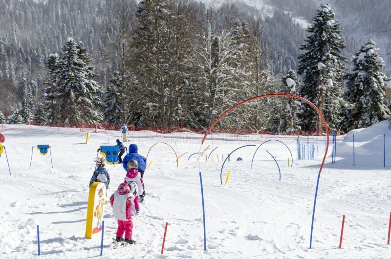 Lições de esqui para crianças na estância de esqui Krasnaya Polyana Rússia imagem de stock royalty free