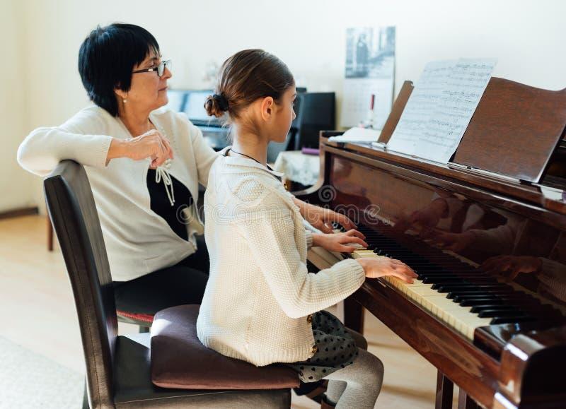 Lições de piano na escola de música imagens de stock