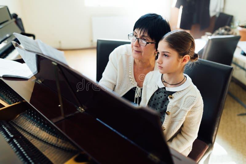 Lições de piano na escola de música fotos de stock