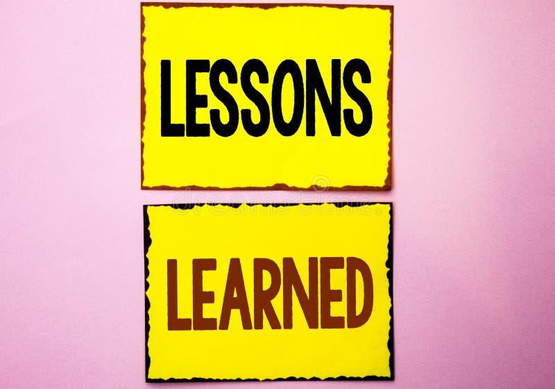 Lições do texto da escrita da palavra instruídas Conceito do negócio para as experiências que devem ser tomadas em consideração n fotografia de stock royalty free