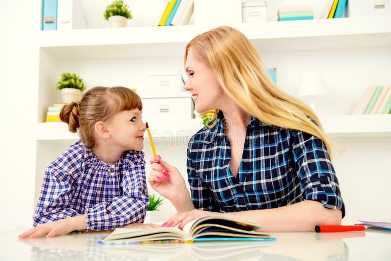 Lições fáceis com mãe foto de stock royalty free