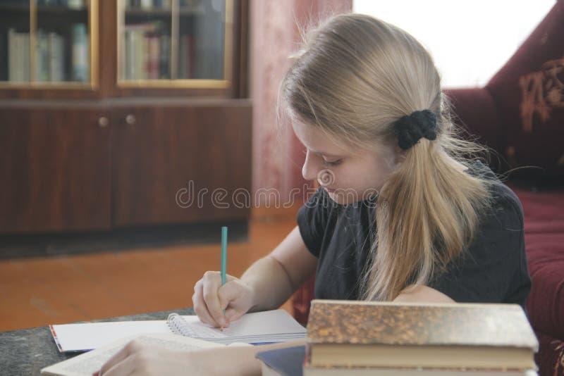 Lições fazendo adolescentes da menina em casa fotos de stock royalty free