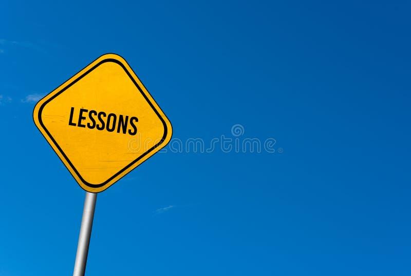 lições - sinal amarelo com céu azul fotos de stock royalty free