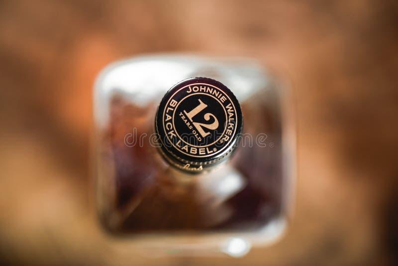 Liège de bouteille de Johnnie Walker Black Label sur la fin-u de bouteille de whiskey images libres de droits