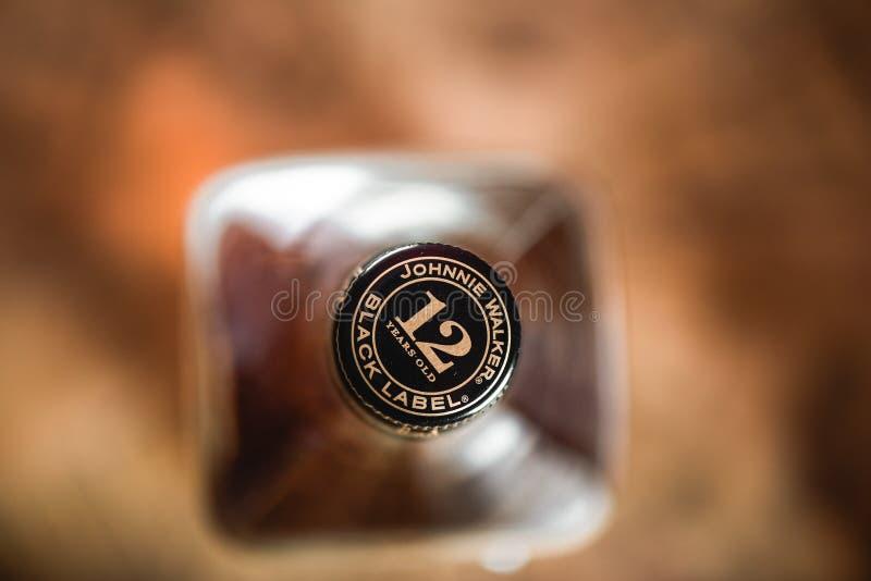 Liège de bouteille de Johnnie Walker Black Label sur la fin-u de bouteille de whiskey image libre de droits