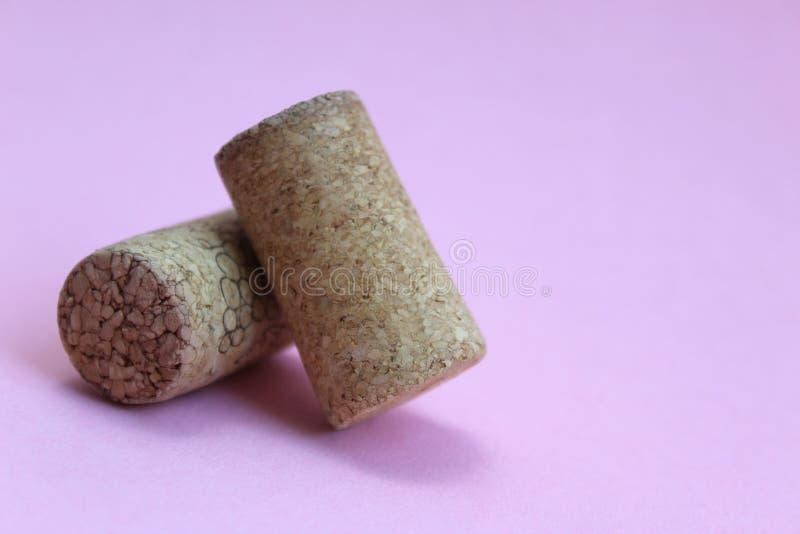 Liège de vin deux morceaux sur un fond rose photo stock