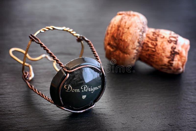Liège et muselet de Dom Perignon Champagne avec le chapeau sur le backgr noir photos stock