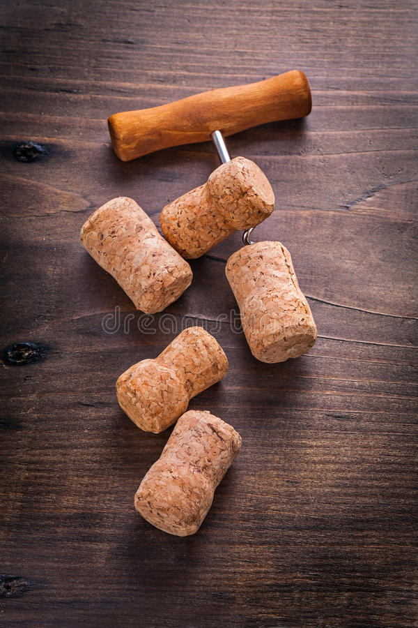 Lièges de tire-bouchon de champagne sur le conseil en bois image libre de droits