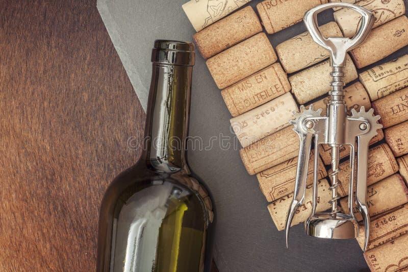 Lièges de vin d'un plat en pierre gris photographie stock libre de droits
