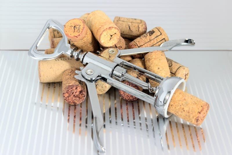 Lièges de vin de pile de tire-bouchon photographie stock