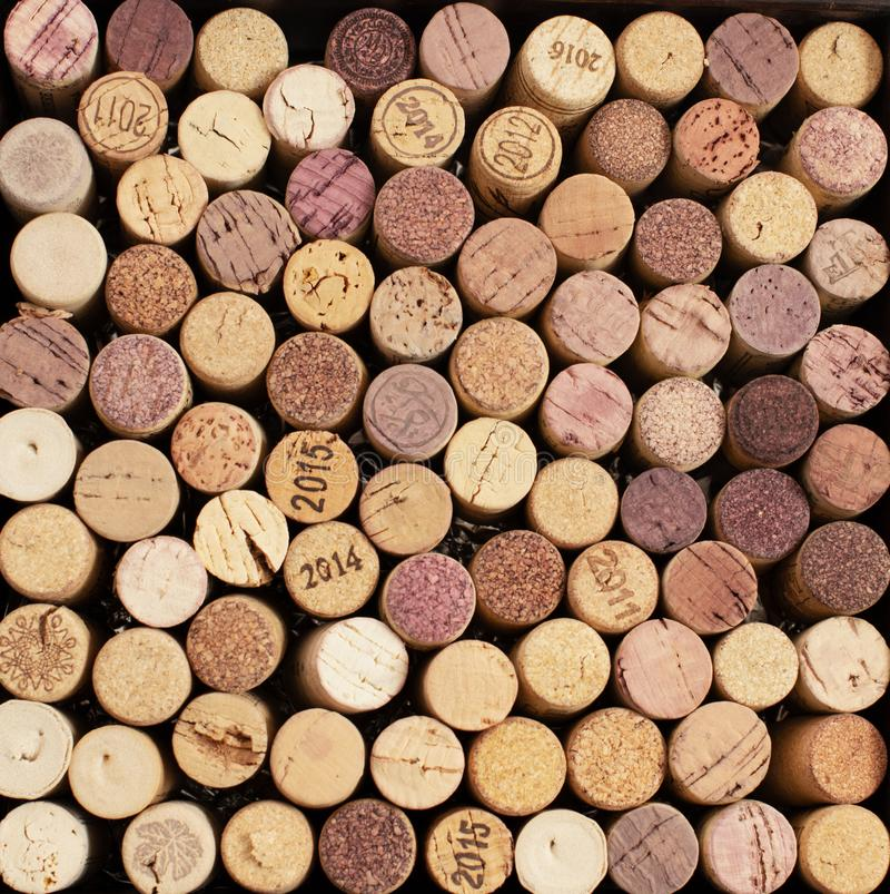Lièges des bouteilles de vin se trouvant comme le fond images stock