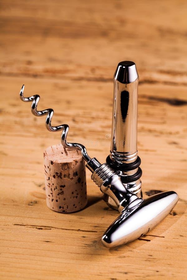 Lièges et tire-bouchon de vin sur la table image libre de droits