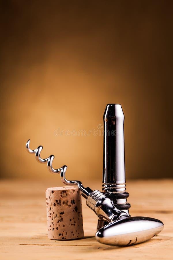 Lièges et tire-bouchon de vin sur la table image stock