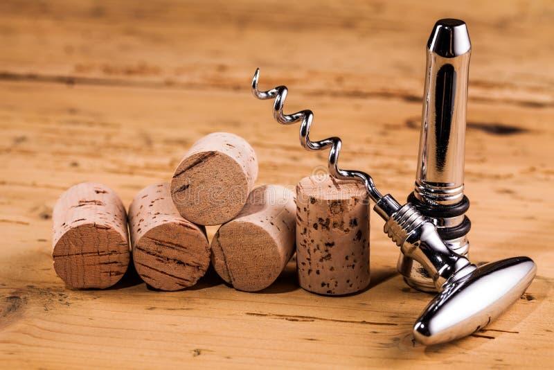 Lièges et tire-bouchon de vin sur la table photos stock
