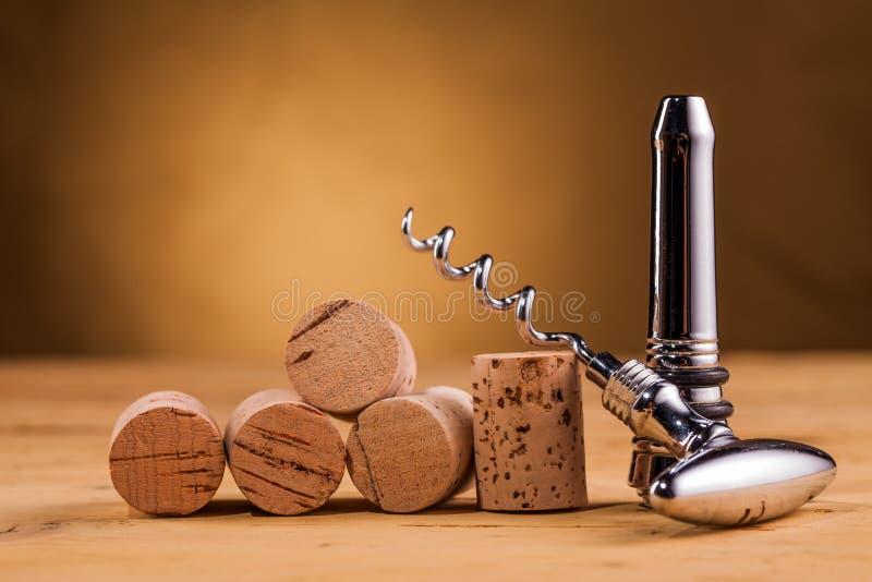 Lièges et tire-bouchon de vin sur la table photo libre de droits