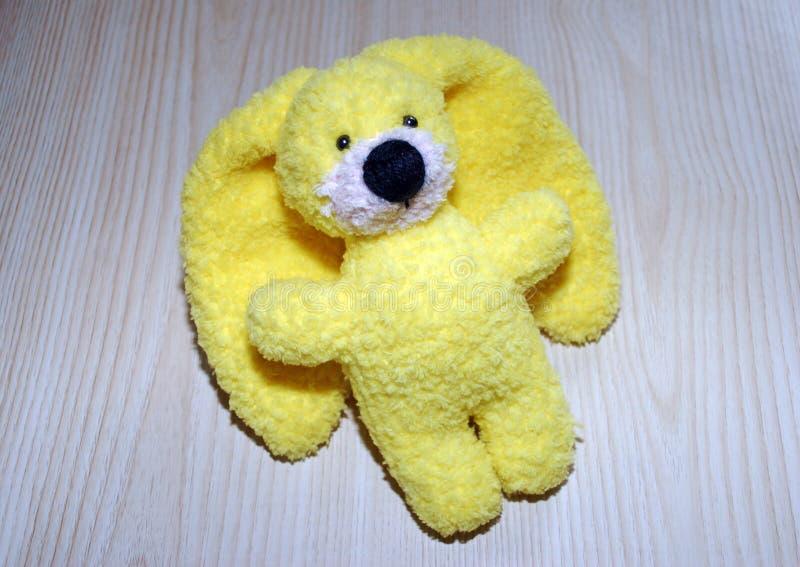 Lièvres tricotés jaunes de jouet Travail manuel Passe-temps - tricotant images stock