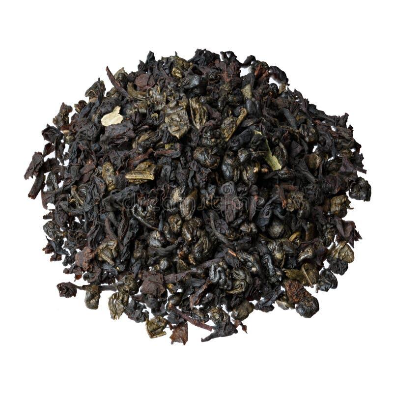 Liść czarna herbata od Ceylon i Chiny, z dodatkiem kawałków i truskawka liści obraz royalty free