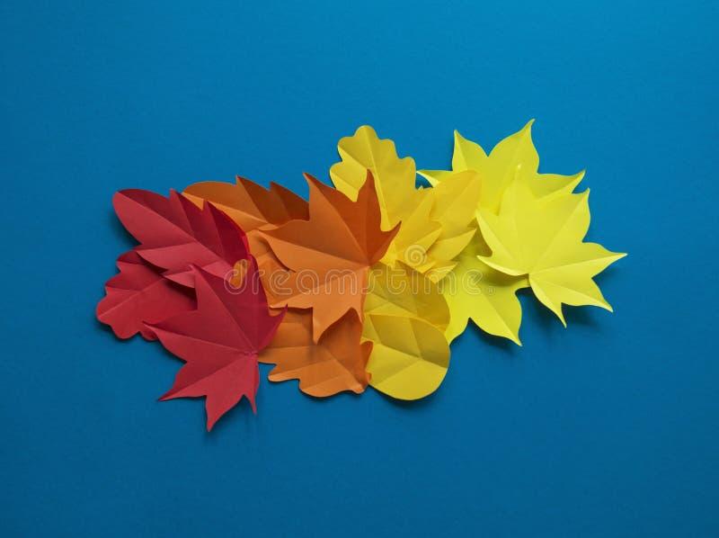 Liście papierowa spadek czerwień, pomarańcze, żółty liścia spadek zdjęcie royalty free