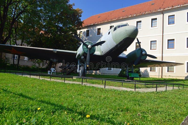 LI-2 flygplan - vapen i avsnitt för öppen luft av SNP-museet, Slovakien arkivfoton