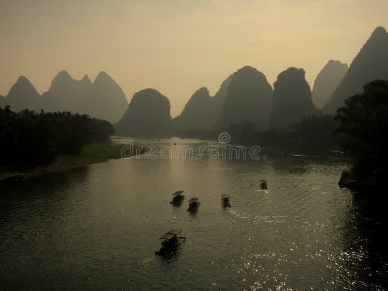 Li River avec le paysage de montagne photographie stock libre de droits