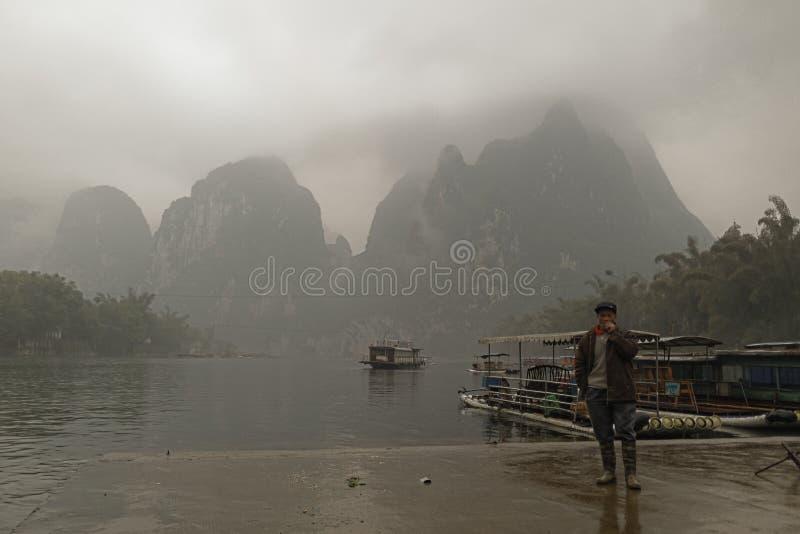 Li River, Guilin, China, 22th, Maart, 2014, boatman bevindt zich op royalty-vrije stock foto