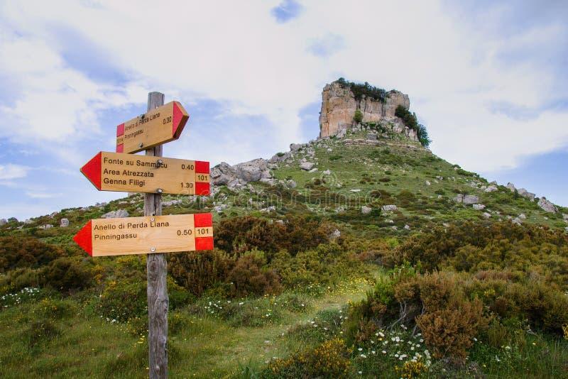 Liana de Cerdeña Perda e con los postes indicadores foto de archivo libre de regalías