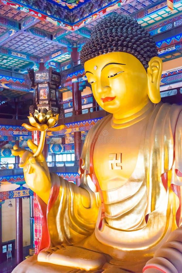 LIAONING, CHINA - 3 de agosto de 2015: Estátua de Budda no templo S de Guangyou foto de stock