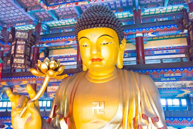 LIAONING, CHINA - 3 de agosto de 2015: Estatua de Budda en el templo S de Guangyou imagenes de archivo