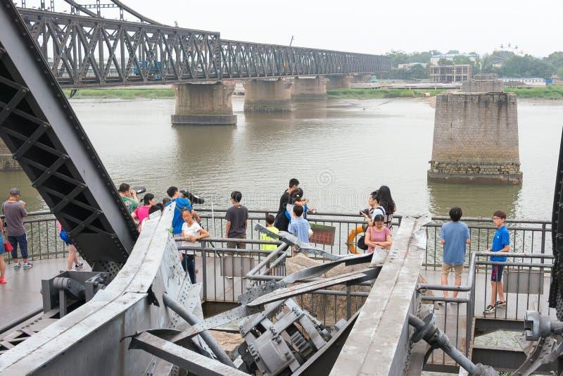 LIAONING, CHINE - 28 juillet 2015 : Pont de short du fleuve Yalu un célèbre photographie stock