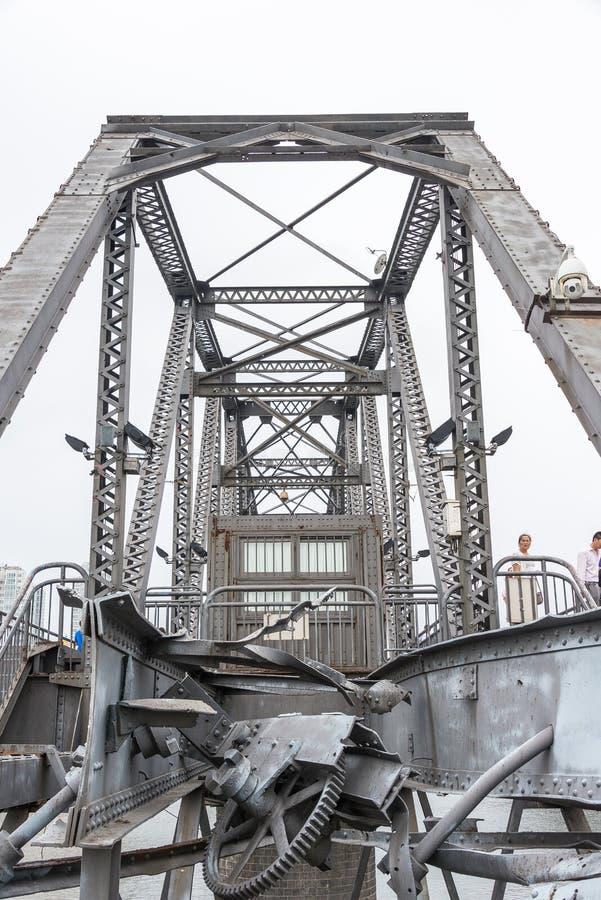 LIAONING, CHINE - 28 juillet 2015 : Pont de short du fleuve Yalu un célèbre images libres de droits