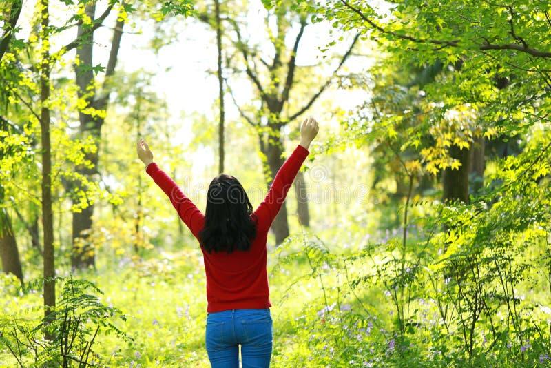 Libérez la fille causual négligente de beauté que la nature d'étreinte d'étreinte apprécient le bon temps dans Forest Park images libres de droits