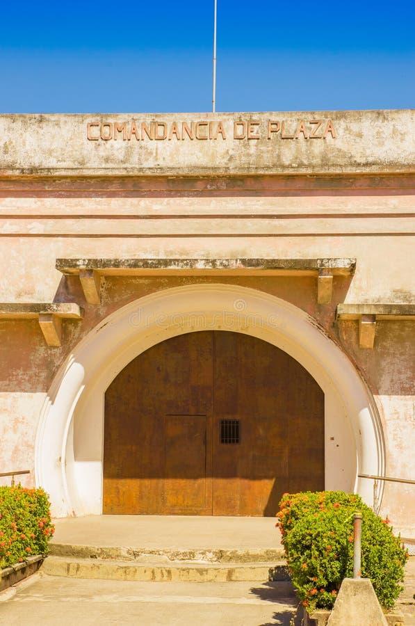 LIBÉRIA, COSTA RICA, JUNHO, 21, 2018: Opinião exterior Comandancia bonito de Plaza, a cadeia velha e museu do futuro fotos de stock royalty free