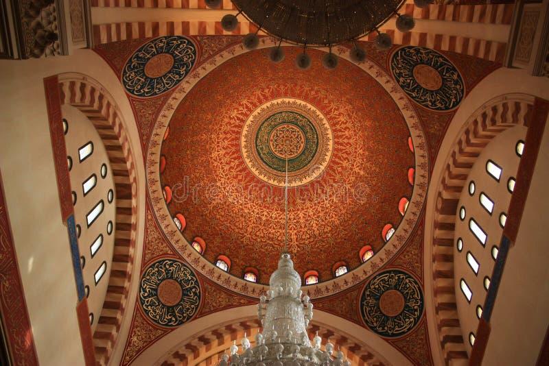 Libanesisk moské som presenterar en bedöva inre och en fantastisk sänka arkivbilder