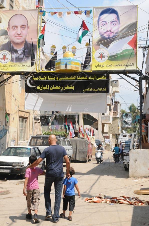 Libanon: Vader en zonen die door Palestijns refugiekamp lopen royalty-vrije stock foto