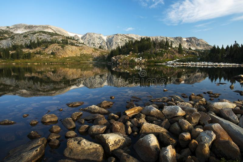 Libby Lake im Medizin-Bogen-staatlichen Wald stockfoto