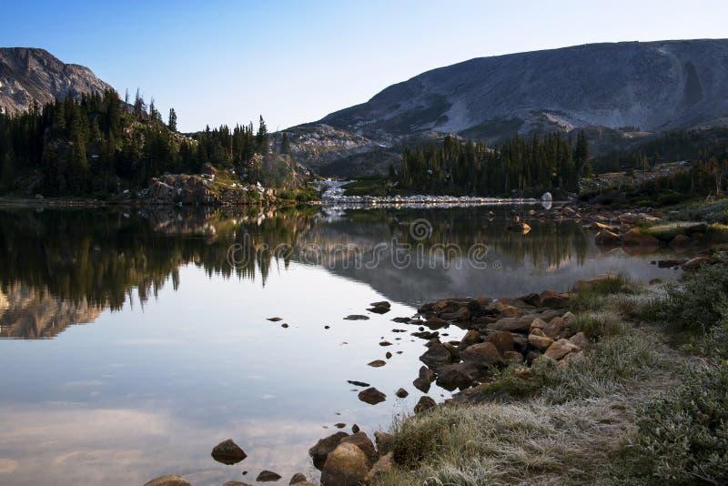 Libby Lake Sunrise in den Snowy-Strecken-Bergen von Wyoming lizenzfreies stockfoto