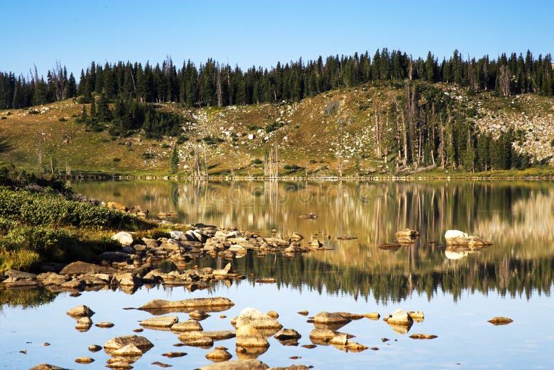 Libby Lake Sunrise in den Snowy-Strecken-Bergen von Wyoming lizenzfreies stockbild