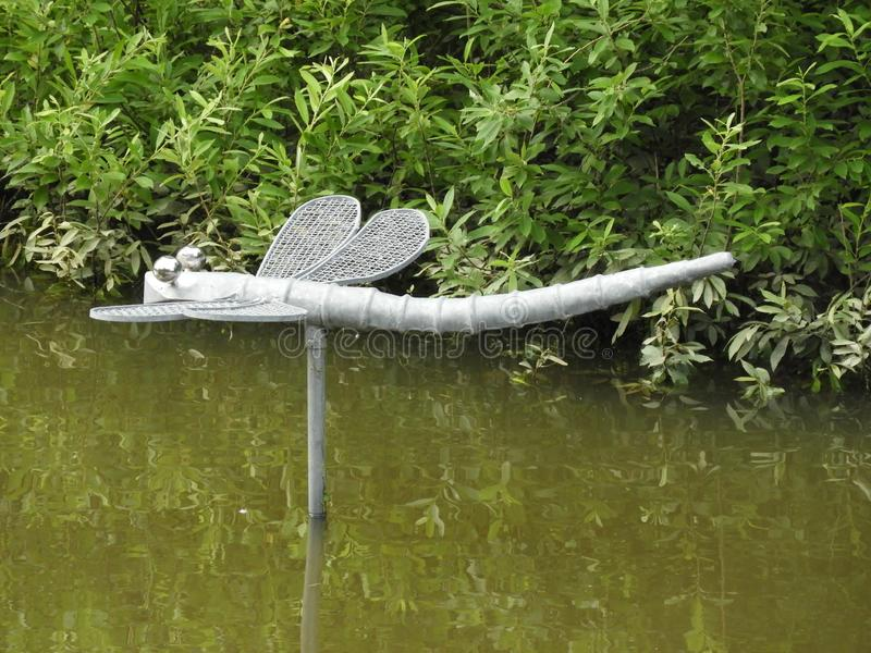 Libel, water, groene stroom, bos stock fotografie
