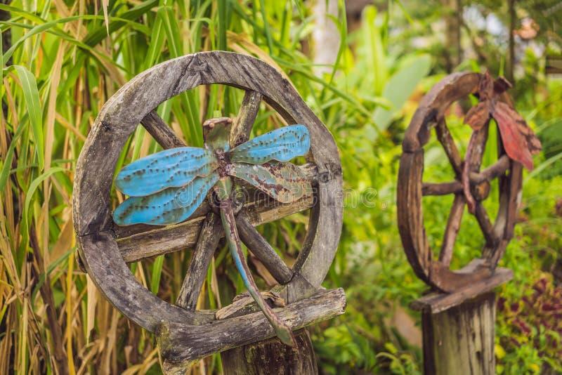 Libellules géantes antiques sur une roue en bois images libres de droits